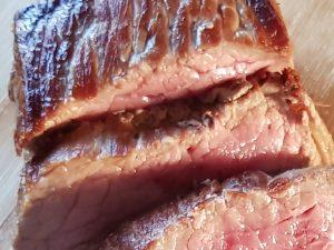 Het krokante bruine korstje om de medium gebakken rosbief door de Maillard-reactie.