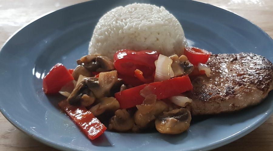 De Leentjeshoeve luxe rundvlees gebakken rundertartaar met gebakken champignonx, puntpaprika en sjalotjes, geserveerd met basmatirijst