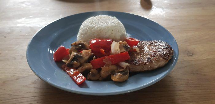 Rundertartaar de leentjeshoeve horssen met gebakken champignons en paprika, witte rijst